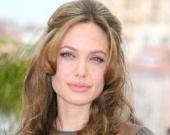 Анджелина Джоли побреет голову в Камбодже