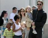 Джоли не пускает своих детей в школу