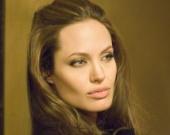 Джоли стесняется показывать фигуру